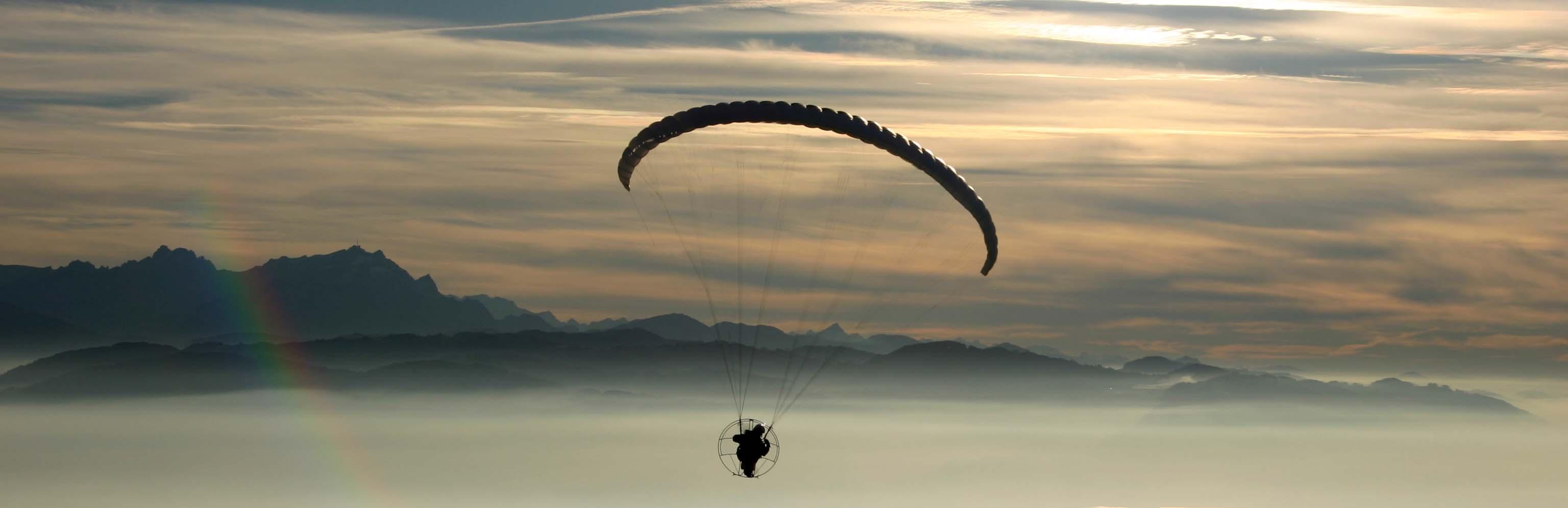 flug mit dem motorschirm über dem Bodensee mit Nebel