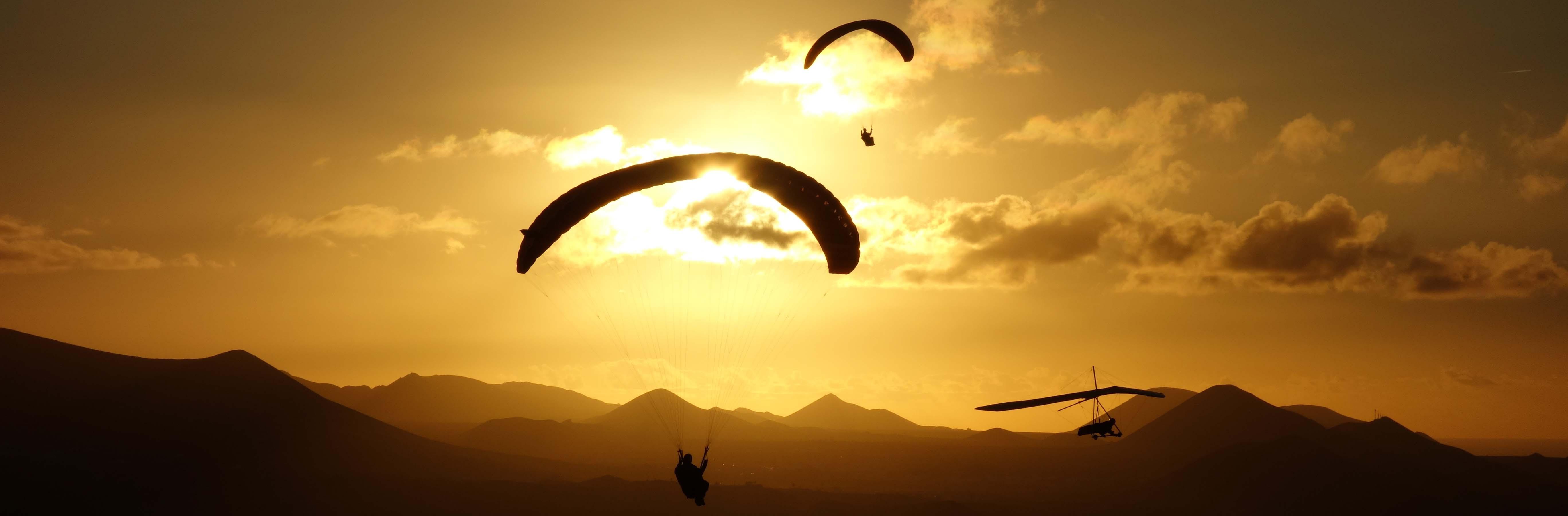 Gleitschirm und Drachen im Sonnenuntergang