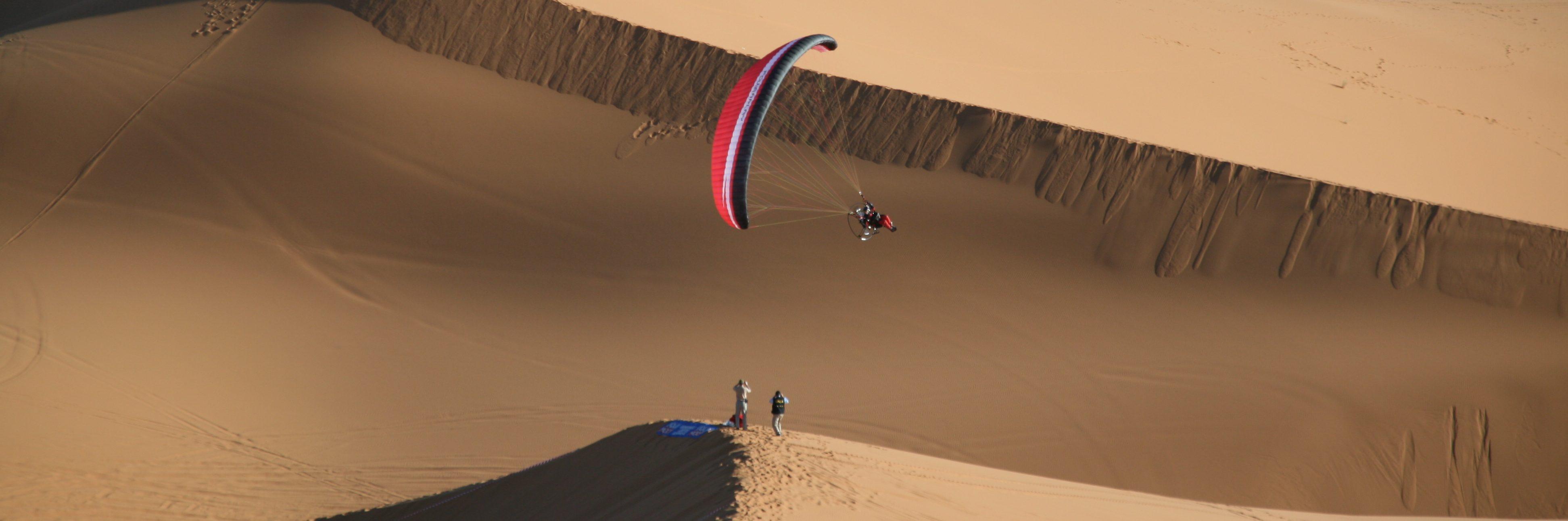 paramotor fliegen, motorschirm in der wüste