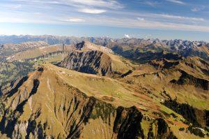 die Allgäuer Alpen im Herbst von oben aus der Vogelperspektive.