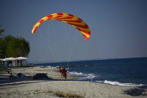 paramotor fliegen, im tiefflug am meer