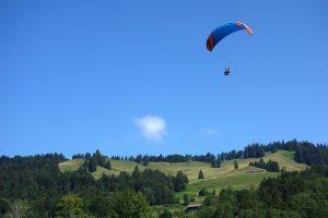 Gleitschirm fliegt im Allgäu bei Oberstaufen