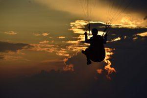 gleitschirmfliegen in den sonnenuntergang