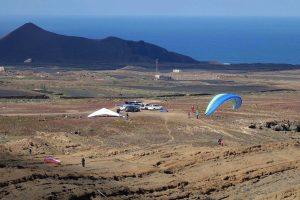 Gleitschirm und Drachen auf Lanzarote