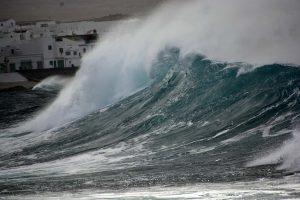 Super schöne Wellen und ziemlich hohe Wellen in Famara Lanzarote