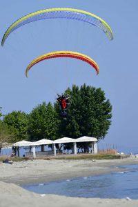 Motorschirmfliegen im Tiefflug am Strand entlang