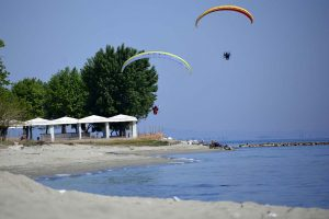 Paramotor fliegen im Tiefflug am Strand entlang