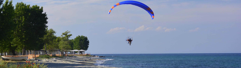 Motorschirmfliegen im Urlaub am Strand, fliegen am Meer.